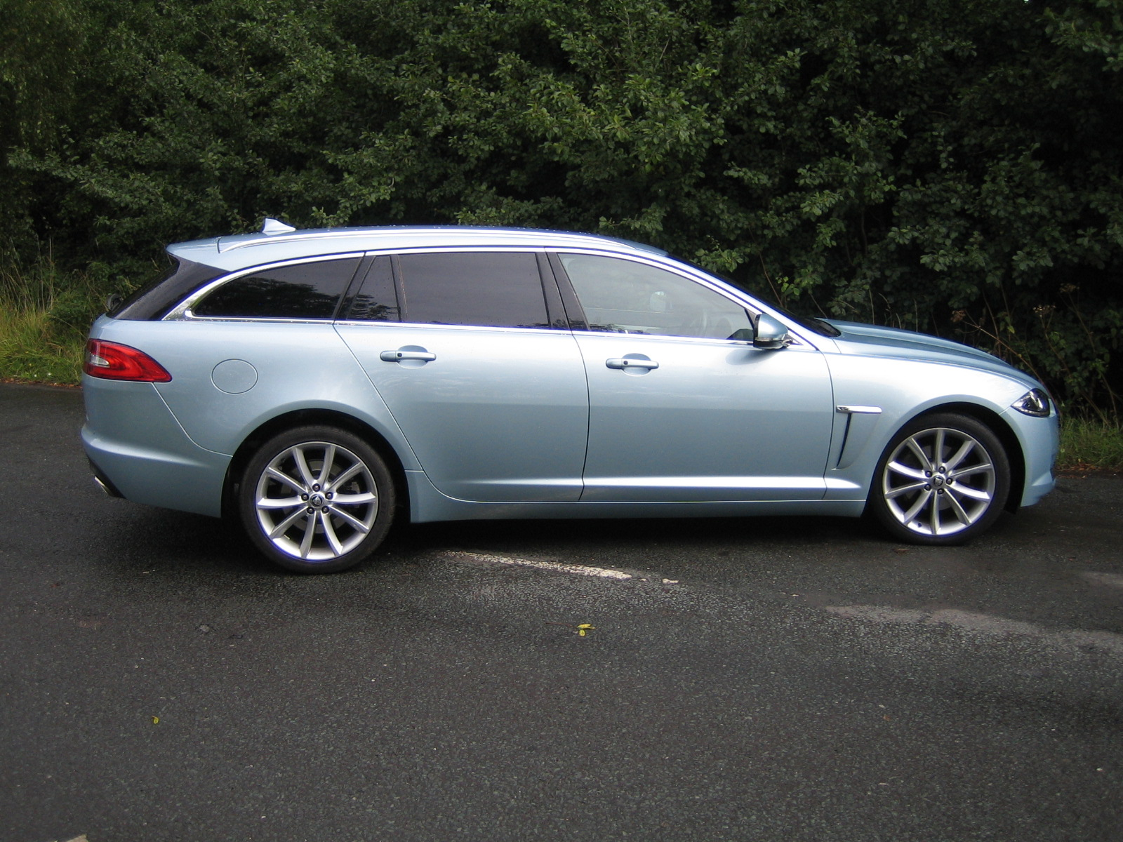 jaguar xf sportbrake 2 2 diesel comes with luggage space. Black Bedroom Furniture Sets. Home Design Ideas